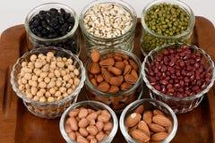 Gli strappi del lavoro, fagioli della soia, fagioli rossi, fagioli neri, arachide, pinolo, mandorla e fagiolini Immagini Stock