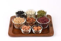 Gli strappi del lavoro, fagioli della soia, fagioli rossi, fagioli neri, arachide, pinolo, mandorla e fagiolini Fotografie Stock