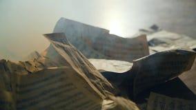 Gli strati d'annata con le note stanno bruciando nel fumo al rallentatore archivi video