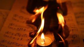 Gli strati delle note di musica stanno bruciando il fuoco video d archivio