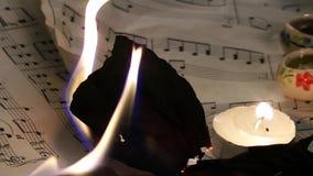 Gli strati delle note di musica stanno bruciando il fuoco stock footage