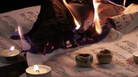 Gli strati delle note di musica stanno bruciando il fuoco archivi video