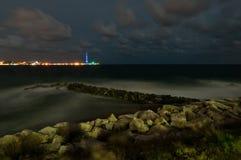 Gli stretti di Messina alla notte ed al pilone. Immagini Stock