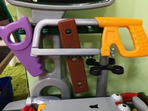Gli strumenti dei bambini per la riparazione e costruzione I giocattoli degli uomini per i bambini immagine stock libera da diritti