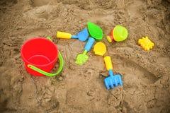 Gli strumenti del bambino per i giochi sulla sabbia immagini stock libere da diritti