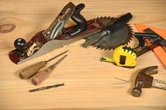Gli strumenti del carpentiere sul banco di legno Fotografie Stock