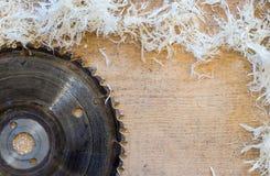 Gli strumenti del carpentiere sulla tavola di legno con segatura circolare hanno visto Taglio della plancia di legno Immagini Stock