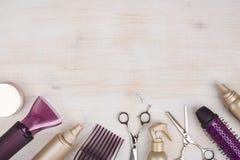 Gli strumenti del parrucchiere su fondo di legno con la copia spaziano in cima Fotografia Stock