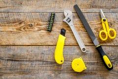 Gli strumenti della costruzione, della pittura e della riparazione per il posto di lavoro del costruttore della casa hanno messo  Fotografie Stock
