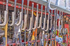 Gli strumenti di agricoltura nel mercato del metalware di Adalia Immagini Stock