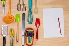Gli strumenti di cottura e della pasticceria con il anad della carta in bianco disegnano a matita Immagine Stock Libera da Diritti
