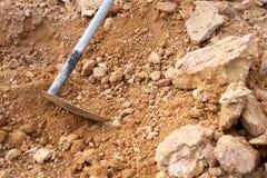 Gli strumenti di dragaggio usati dalle vanghe della zappa chiamate la gente sono utilizzati al exca Fotografie Stock