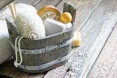 Gli strumenti di massaggio della stazione termale di aromaterapia al corpo si preoccupano la natura morta Fotografie Stock