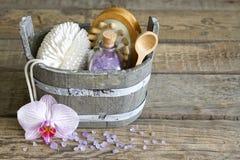 Gli strumenti di massaggio della stazione termale di aromaterapia al corpo si preoccupano la natura morta Immagine Stock Libera da Diritti