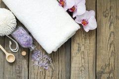 Gli strumenti di massaggio della stazione termale di aromaterapia al corpo si preoccupano la natura morta Fotografie Stock Libere da Diritti