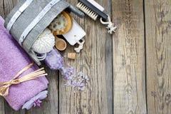 Gli strumenti di massaggio della stazione termale di aromaterapia al corpo si preoccupano la natura morta Fotografia Stock Libera da Diritti