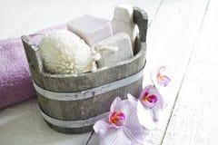 Gli strumenti di massaggio della stazione termale di aromaterapia al corpo si preoccupano la natura morta Immagini Stock