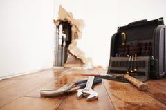 Gli strumenti e la cassetta portautensili che si trovano sull'inondazione hanno danneggiato il pavimento fotografie stock libere da diritti