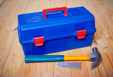 Gli strumenti inscatolano, martello e chiodi Fotografia Stock Libera da Diritti