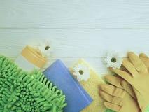 Gli strumenti per la pulizia dei fiori di legno bianchi dell'attrezzatura di governo della casa funzionano Fotografia Stock Libera da Diritti