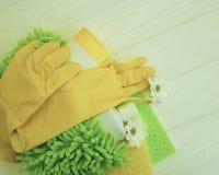 Gli strumenti per la pulizia dei fiori di legno bianchi dell'attrezzatura protettiva del governo della casa funzionano Immagine Stock Libera da Diritti