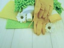 Gli strumenti per la pulizia dei fiori di legno bianchi dell'attrezzatura protettiva del gruppo del governo della casa funzionano Fotografie Stock Libere da Diritti
