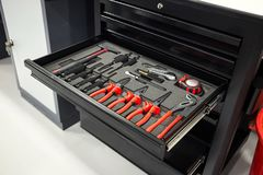 Gli strumenti per la riparazione ed i sistemi diagnostici delle automobili nell'automobile del garage, hanno messo la o Immagini Stock Libere da Diritti
