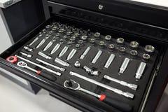 Gli strumenti per la riparazione ed i sistemi diagnostici delle automobili nell'automobile del garage, hanno messo la o Fotografia Stock