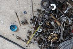 Gli strumenti raggruppano con le parti di riparazione su calcestruzzo immagine stock libera da diritti
