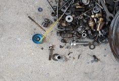 Gli strumenti raggruppano con le parti di riparazione su calcestruzzo fotografia stock