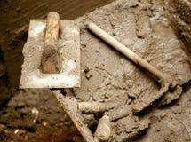 Gli strumenti sporchi del mortaio del cemento gradiscono la cazzuola Fotografia Stock