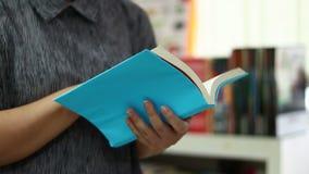 Gli studenti aprono i libri di lettura stock footage