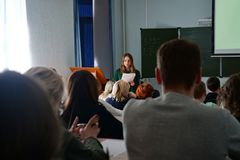 Gli studenti ascoltano conferenza, vista dalla parte posteriore fotografie stock