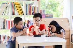 Gli studenti asiatici ed insegnano allo scicence di biologia di studio in aula all'aperto Fotografie Stock Libere da Diritti