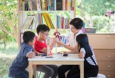 Gli studenti asiatici ed insegnano allo scicence di biologia di studio in aula all'aperto Fotografia Stock Libera da Diritti