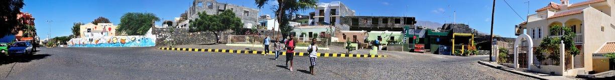 Gli studenti attraversano una via del ciottolo Fotografia Stock