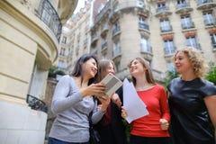 Gli studenti che godono con la compressa vicino alla costruzione dell'università ed imparano Fotografia Stock Libera da Diritti
