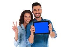 Gli studenti che mostrano lo schermo della compressa e fanno il segno di vittoria Fotografia Stock