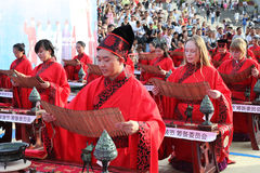 Gli studenti cinesi e stranieri con una benedizione del hanfu si sono riuniti nella torre di orologio alla cerimonia Fotografie Stock