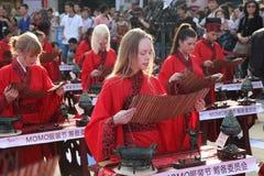 Gli studenti cinesi e stranieri con una benedizione del hanfu si sono riuniti nella torre di orologio alla cerimonia Immagini Stock Libere da Diritti