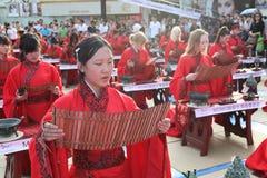 Gli studenti cinesi e stranieri con una benedizione del hanfu si sono riuniti nella torre di orologio alla cerimonia Immagine Stock Libera da Diritti