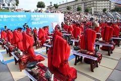 Gli studenti cinesi e stranieri con una benedizione del hanfu si sono riuniti nella torre di orologio alla cerimonia Fotografia Stock