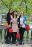 Gli studenti cinesi femminili stanno divertendo nelle sette rupe il parco nazionale, Zhaoqing, Cina della stella Fotografie Stock Libere da Diritti