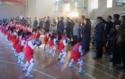 Gli studenti cinesi stanno eseguendo la ginnastica di pallacanestro per i capi fotografia stock libera da diritti