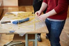 Gli studenti creano le progettazioni diverse dalla torre degli spaghetti Fotografia Stock Libera da Diritti