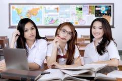 Gli studenti della High School abbastanza si siedono nella classe Fotografie Stock Libere da Diritti