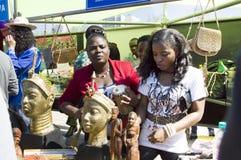 Gli studenti della Nigeria presentano le loro tradizioni nazionali e coltivano Immagini Stock Libere da Diritti