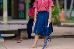 Gli studenti della scuola elementare godono dell'addestramento di salto della corda per il buon hea Immagine Stock