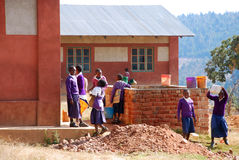 Gli studenti della scuola secondaria durante una pausa fra le lezioni, A Immagini Stock