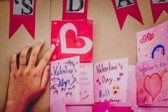 Gli studenti della scuola secondaria fanno le carte del biglietto di S. Valentino Fotografie Stock Libere da Diritti